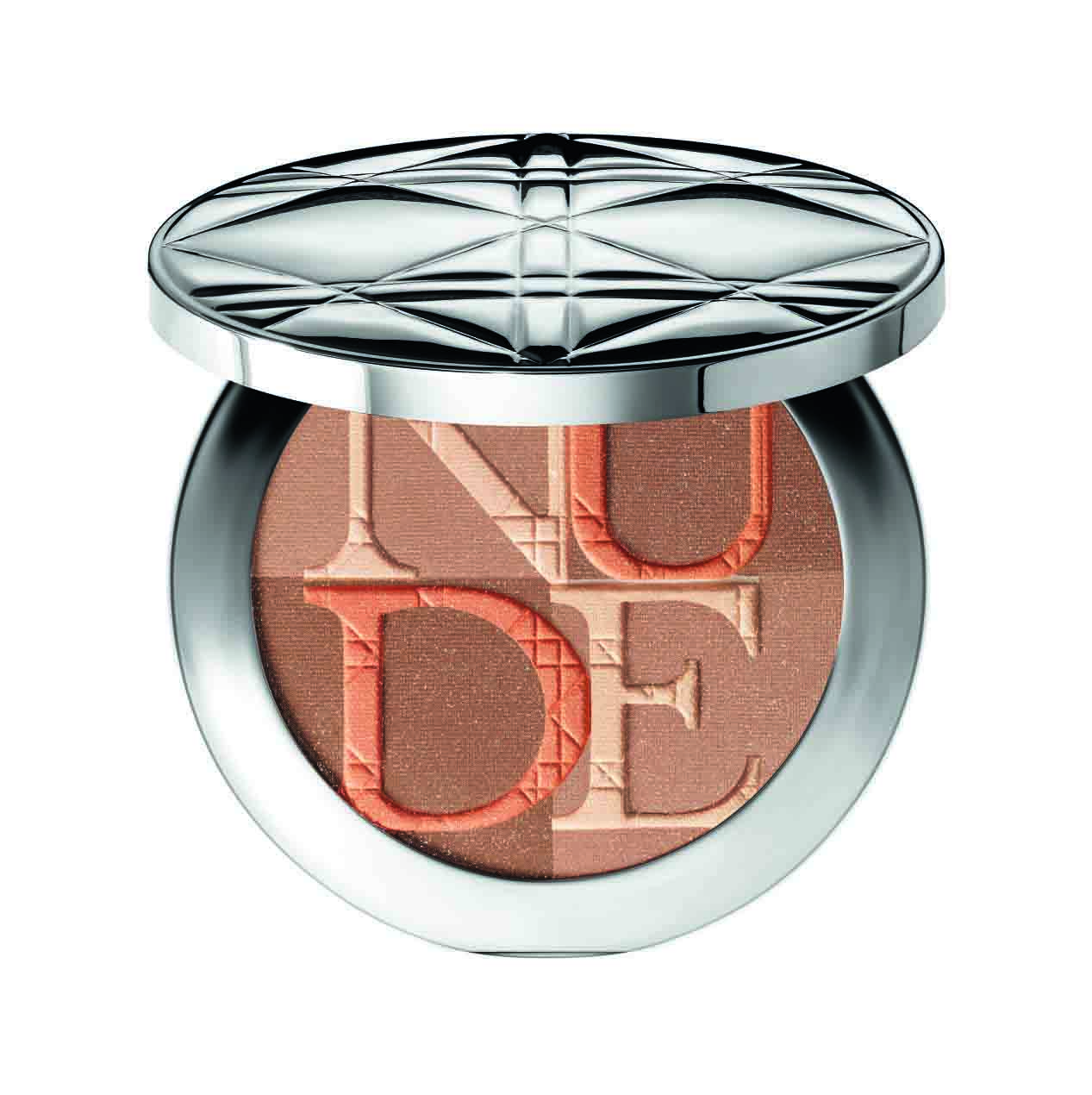 La poudre illuminante Diorskin Nude Shimmer di Dior è una fine associazione di madreperle e pigmenti, che catturano la luce per far risplendere l'incarnato e mettere in risalto i lineamenti. (€ 53,00)
