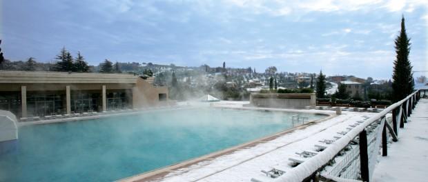 E' alimentata in modo perenne da acqua termale bicarbonata, solfata, calcica e magnesiaca la piscina all'aperto di Grotta Giusti Resort, a Monsummano Terme, in Toscana. La temperatura va da 31°C a 34°C.
